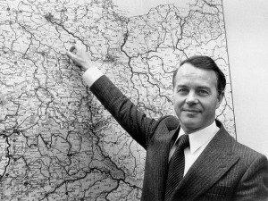 22.2.1977: Ernst Albrecht zeigt mit dem Mittelfinger auf Gorleben